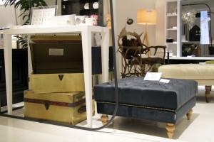 テーブル代わりにも使用可能な真鍮製のトランク